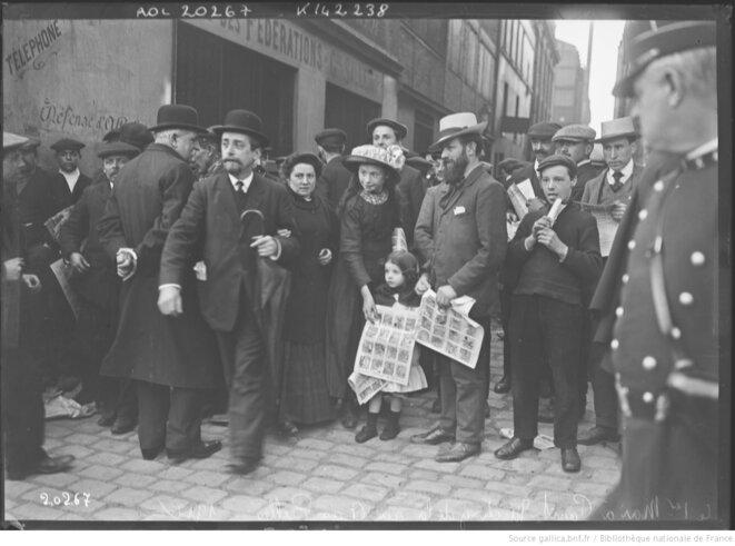 Le 1er mai à Paris. Meeting de la rue de la Grange-aux-Belles et vue des militants en famille, 1912. Photographie de presse de l'agence Rol, Paris. Source: gallica.bnf.fr.