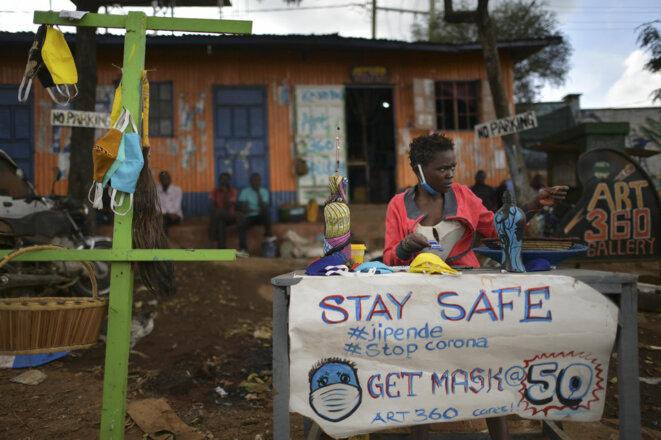 Dans le quartier populaire de Kibera à Nairobi au Kenya un artiste vend des masques de sa fabrication pour se protéger contre le Covid-19 le 14 avril 2020