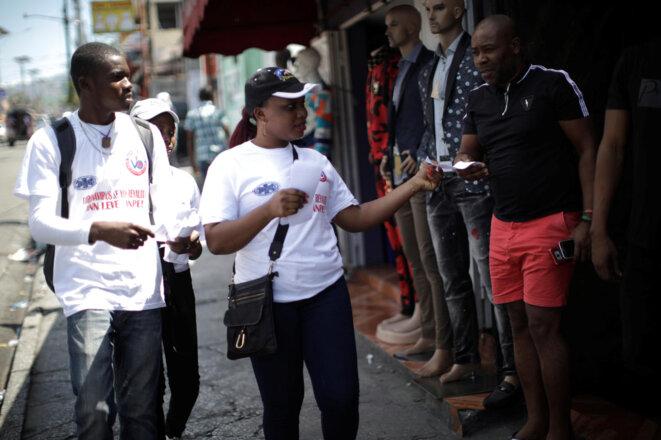 Des bénévoles distribuent des tracts d'information contre le Covid-19 à Port au Prince en Haïti le 15 mars 2020