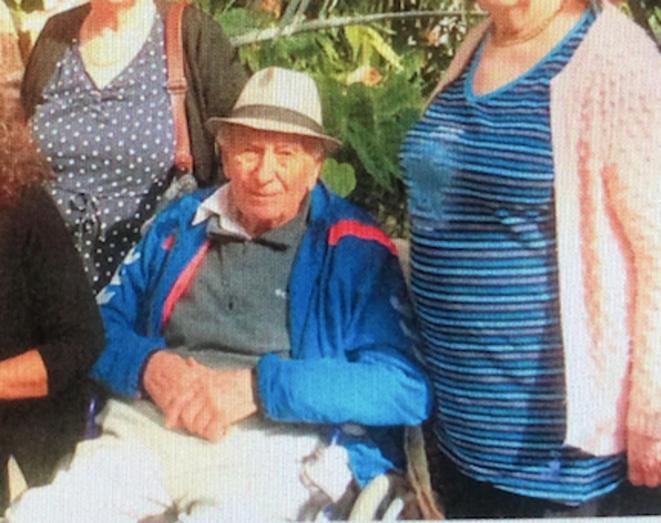 Le père de Josy B, 93 ans, ici photograpié dans la cour de La Riviera de Mougins, est l'une des premières victimes du Covid-19 à l'Ehpad. © DR