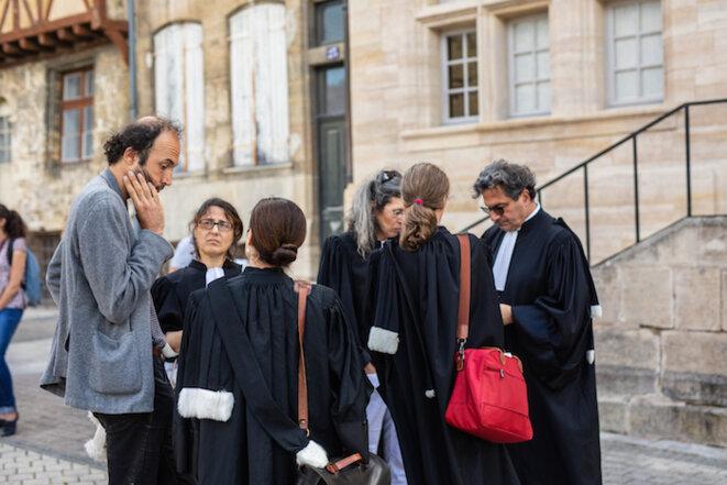 Étienne Ambroselli, à gauche, et ses avocat·e·s, en juin 2018. ©Mathieu Génon/Reporterre
