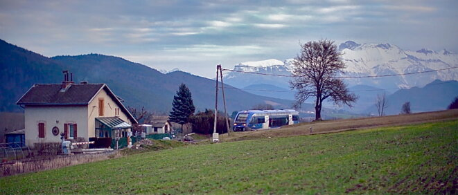 Passage à niveau près de Clelles avec le massif de l'Obiou barrant l'horizon © P.Morel/E.Corre