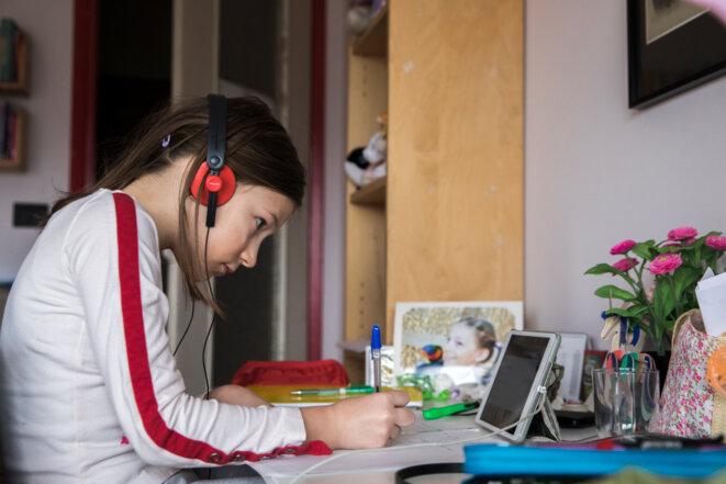 Valentina, école de primaire à Turin, participe à un cours en ligne, le 27 mars 2020 © Mauro Ujetto / NurPhoto via AFP