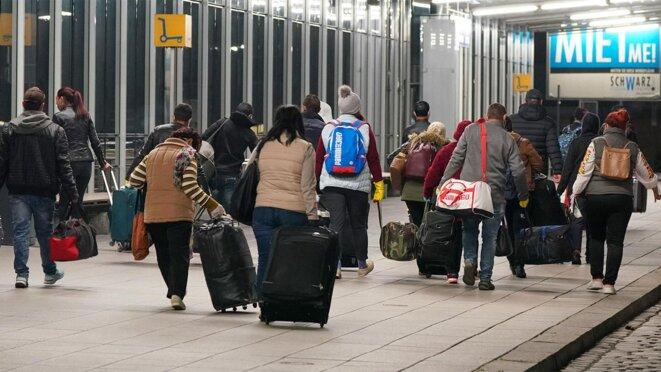 Des travailleurs saisonniers roumains quittant l'aéroport de Leipzig, le 20 avril 2020. © Peter Endig / dpa-Zentralbild / dpa Picture-Alliance via AFP