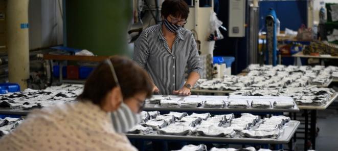 22 avril 2020. Dans l'usine de vêtements Saint-James (Manche) © Damien Meyer / AFP