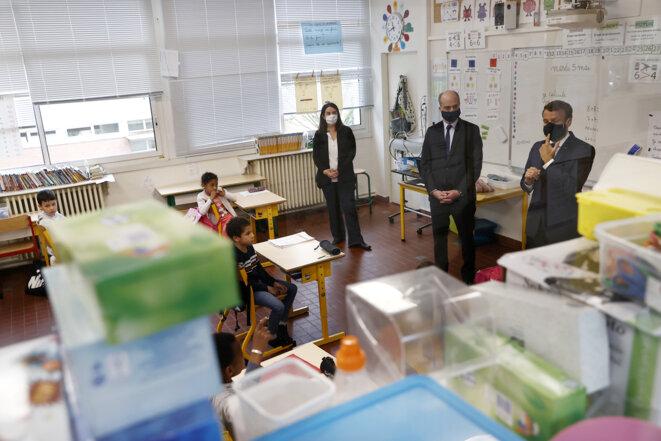 Jean-Michel Blanquer et Emmanuel Macron dans une école à Poissy, le 5 mai 2020. © Ian LANGSDON / POOL / AFP