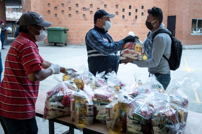 Distribution dans le quartier de Soacha. © Nadège Mazars