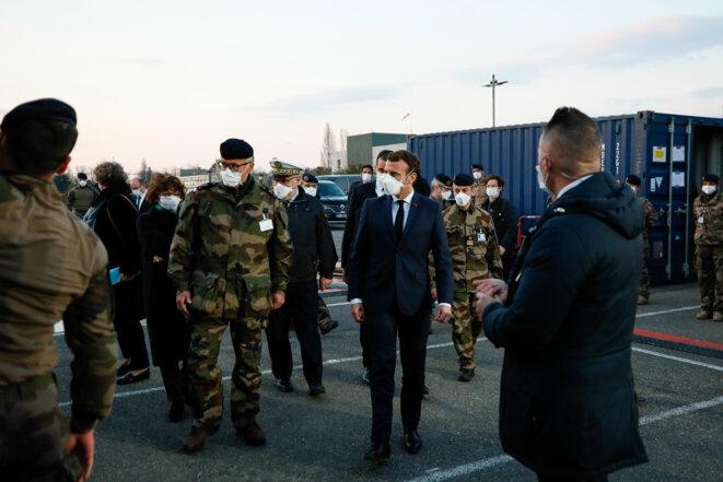 Emmanuel Macron, en visite à l'hôpital de campagne de Mulhouse, le 25 mars. © AFP