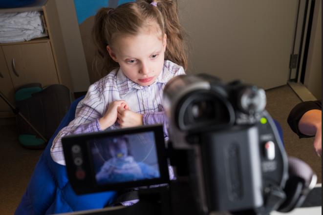 """Jauger le regard : Le suivi du regard peut aider les cliniciens à évaluer les capacités cognitives des enfants autistes non verbaux"""" © Scott Bauer"""