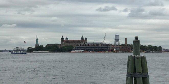 Ellis Island et la Statue de la Liberté, confondues (900 mètres les séparent). [Ph. YF]