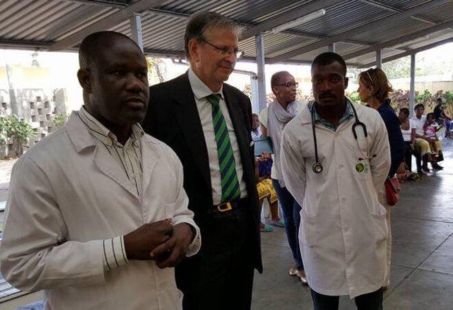 Álvaro Alabart, alors ambassadeur au Mozambique, visite en 2015 un centre de santé qui travaille notamment sur le paludisme, le sida, la tuberculose et les maladies diarrhéiques. © Ambassade d'Espagne au Mozambique