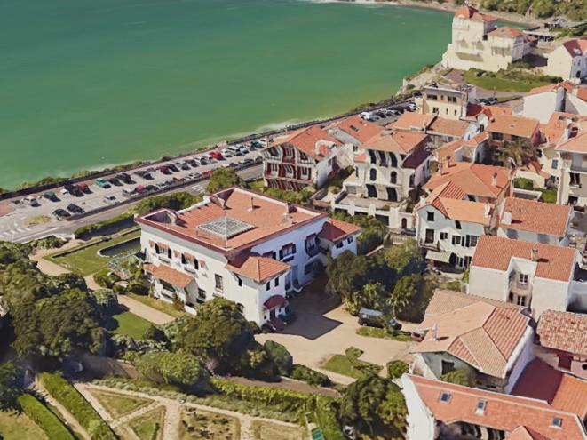 En bord de mer, l'imposante villa du consul (au premier plan) dispose de plusieurs chambres libres. © Google Earth
