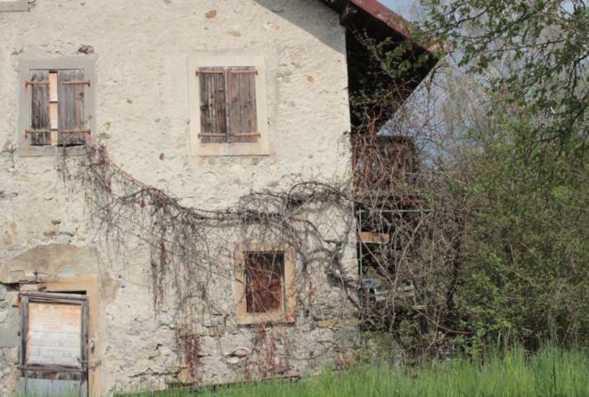 Une demeure rurale abandonée à Pully, dans l'est de l'agglomération lausannoise (aujourd'hui rasée pour laisser place à un complexe immobilier). Février 2017.