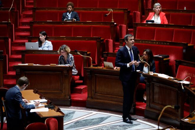 Le ministre de la santé, Olivier Véran, lors des débats sur le projet de loi de prorogation de l'état d'urgence sanitaire, le 8 mai. © Thomas SAMSON / AFP