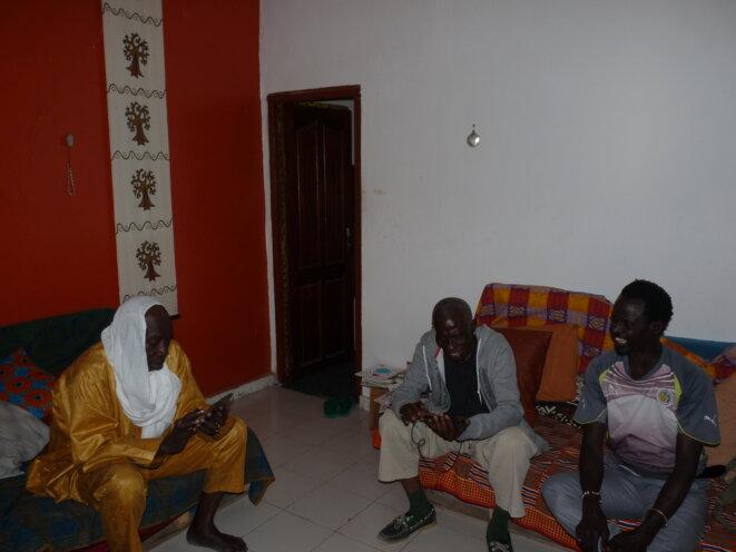 À Dakar avec Ëpoukay et leur sac de riz vide © Jaxal Mouss