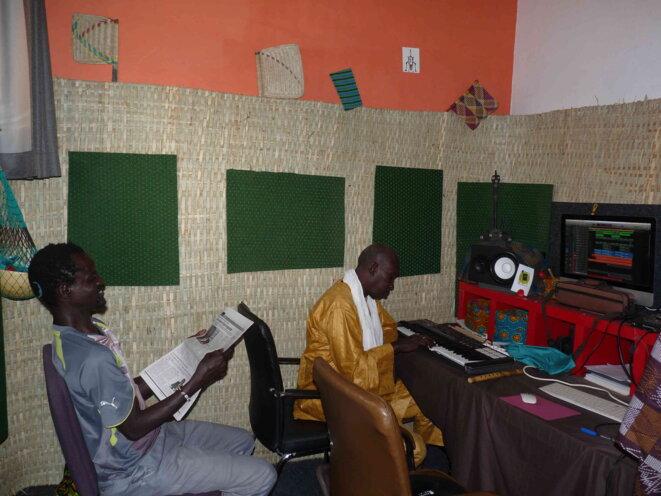 Ëpoukay en studio à Dakar le 1er mai 2020 © Jaxal Mouss