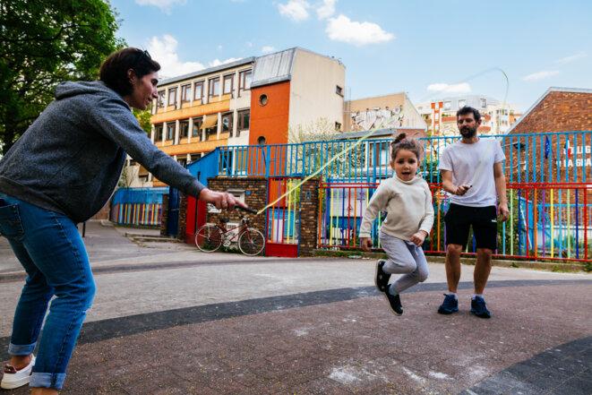 Une famille fait du saut à l'élastique avec ses jeunes enfants à Paris, le 11 avril 2020. © Karine Pierre / Hans Lucas / Hans Lucas via AFP
