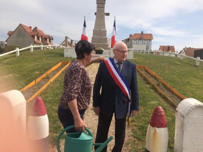 Le maire et son épouse, le 8 mai 2020, devant le Monument aux morts. © JLLT / MP