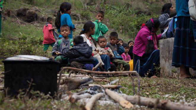 Une famille Tzotzil forcée de quitter sa communauté © Frayba / Desinformemonos