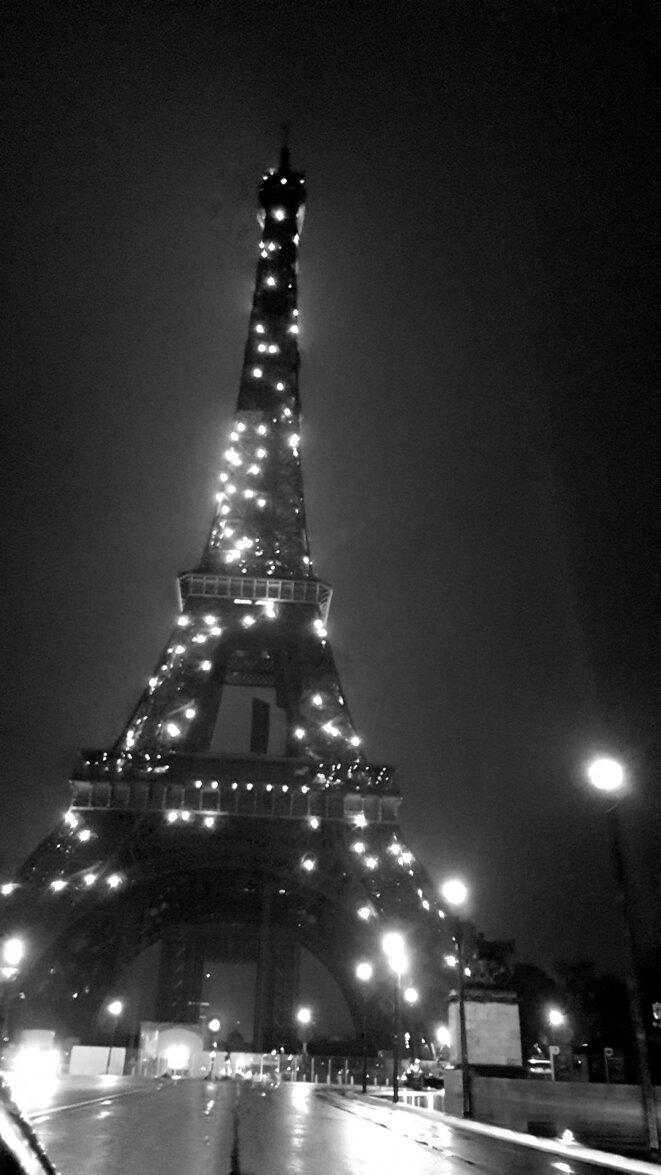 Paris, 11 mai 1h03. La Tour Eiffel clignote... dans le vide absolu.