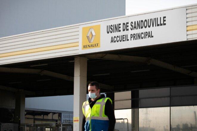 Devant l'usine de Sandouville, le 7 mai. © Lou Benoist / AFP