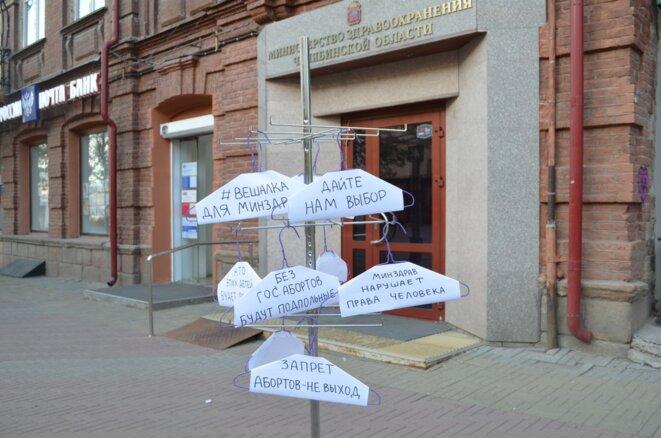 Installation devant le ministère de la santé de l'oblast de Tcheliabinsk le 8 mai 2020. Traduction des inscriptions sur les cintres : #cintre pour le ministère de la santé ; donnez nous le choix ; sans avortements légaux, ils seront clandestins ; le ministère de la santé viole les droits de l'homme ; interdiction des avortements - pas d'issue. © @chelfem