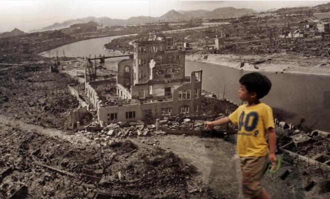 Garçon devant une photographie d'Hiroshima après le bombardement atomique de 1945, Musée mémorial de la paix, Hiroshima © Toru Hanai/Reuters, 2007