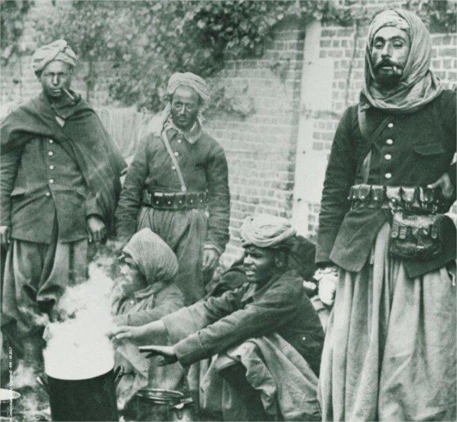 Des dizaines de milliers de soldats et travailleurs « indigènes » algériens furent mobilisés, au front ou à l'usine, au bénéfice de la métropole durant la guerre 1914–1918. Exposition L'Algérie et la Grande Guerre, Argenteuil.