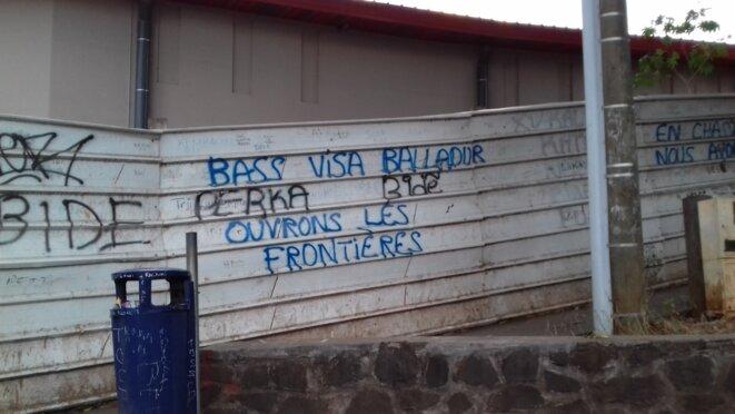 """Des taggs à Mamoudzou contre le """"visa Balladur"""" et l'expulsion des sans-papiers. © Damien Gautreau"""
