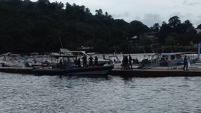 Les gendarmes embarquent des clandestins sur leur bateau, direction le centre de rétention. © Damien Gautreau