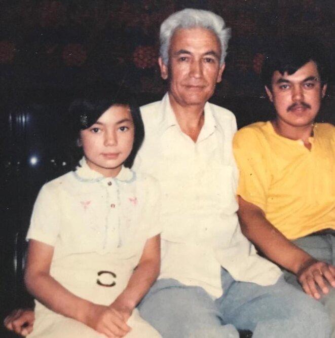 Gulruy et Hüsenjan avec leur père sur une photo non datée.