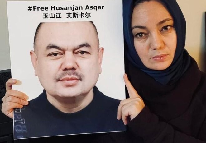 Gulruy avec une image de Hüsenjan. En 2020, ses proches ont confirmé qu'il avait été libéré après plus d'un an de détention.