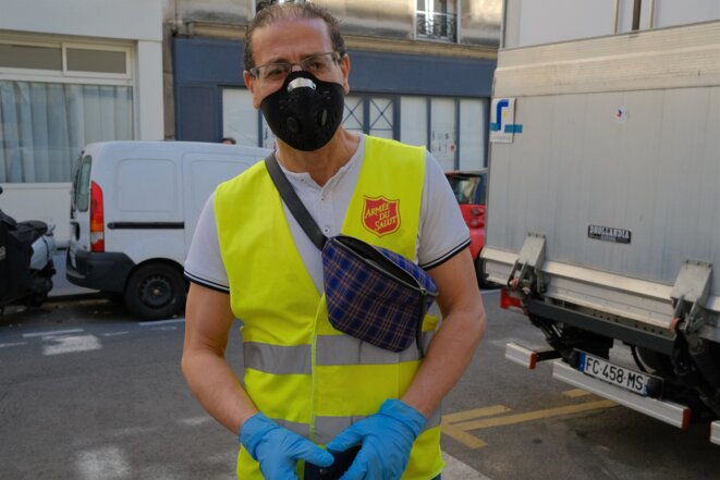 Kamel X., bénévole de l'Armée du salut, vient chercher des aliments au Secours populaire. © Antoine Peillon (Ishta)