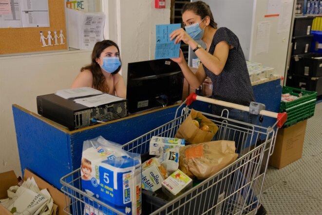 Chaque lot d'aide alimentaire est comptabilisé et porté sur les cartes des bénéficiaires. © Antoine Peillon (Ishta)
