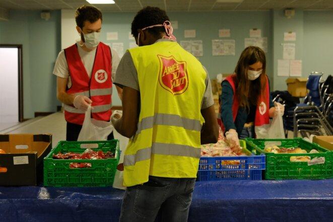 Vers 8h30, de gauche à droite, Lucien Rieul, 27 ans, bénévole, Khalid Abakr, 29 ans, salarié du l'Armée du salut, et Églantine Rollin, 24 ans, bénévole, préparent les 150 petits-déjeuners qui seront donnés à l'association Utopia 56. © Antoine Peillon (Ishta)