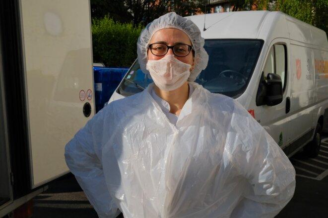 A 9h30, Laetitia Bory, 32 ans, employée chez Planète Sésame (traiteur bio et solidaire), apporte 300 plateaux-repas halal, comme chaque jour. © Antoine Peillon (Ishta)