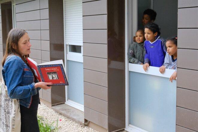 Brady, 10 ans, Océane, 7 ans, Lionel, 6 ans, et Jean-Robert Junior, 4 ans, sont d'emblée attentifs, les yeux écarquillés, les oreilles tournées vers les lectrices. © Antoine Peillon (Ishta)