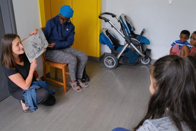 Mariella s'est assise sur une chaise, les jumeaux Hassan et Ouseyne sont sur leurs petits tabourets... © Antoine Peillon (Ishta)