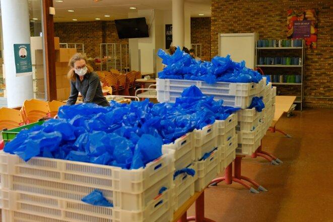 Collecte d'aliments et préparation de quelque 1500 paniers-repas, chaque jour, distribués aux personnes de la rue par les paroisses parisiennes. © Antoine Peillon (Ishta)