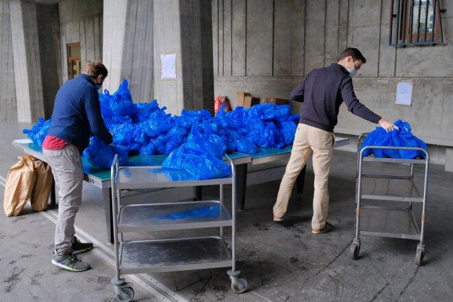 Quelque 1500 paniers-repas sont distribués, chaque jour, aux personnes de la rue par les paroisses parisiennes. © Antoine Peillon (Ishta)