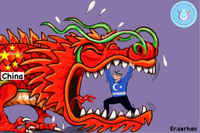 Image d'Ershat Abdul'ehet représentant le gouvernement chinois en tant que dragon rouge et un homme portant un chapeau traditionnel d'Asie centrale et une chemise bleue symbolisant le mouvement pour le Turkestan oriental indépendant.