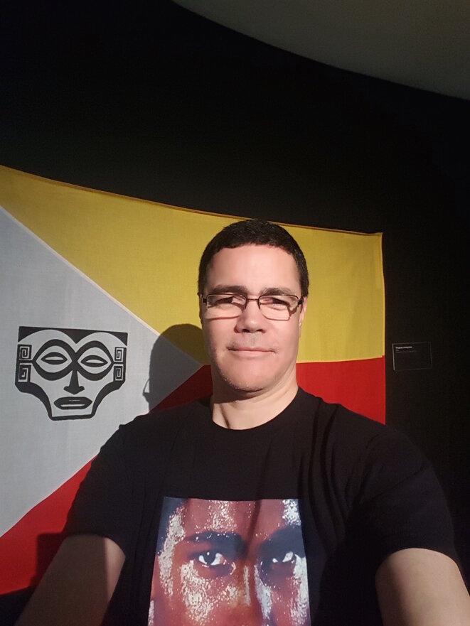 """Le drapeau Enata (Marquisien) et le visiteur guyanais d'océanique fraternité. (Exposition """"MATAHOATA, Arts et Société aux Îles Marquises"""". Juillet 2016)"""