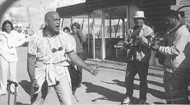 Lucien Kimitete (ici performant un Haka sur l'île de Groix lors d'un festival culturel) était l'infatigable ambassadeur d'une culture unique et authentique : il était, comme Francis Sanford jadis, un des rares politiciens locaux à avoir une conception internationale de la place de la Polynésie. (ph Zoé Duviard). In TAHITI-PACIFIQUE n°136Août 2002