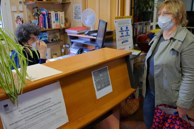 Brahim Maza, 49 ans, directeur du Centre Paul-Coudert (à gauche), fait le point sur les distributions du jour, avec Nadine Duteriez, 60 ans, assistante de la direction du CCAS de Bagnolet. © Antoine Peillon (Ishta)
