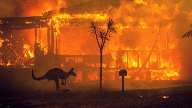 2 mois de feux de forêt en Australie : auu 14 janvier 2020, les rapports font état d'environ 18,6 millions d'hectares brûlés, 5 900 bâtiments détruits (dont 2 779 habitations) et au moins 34 morts