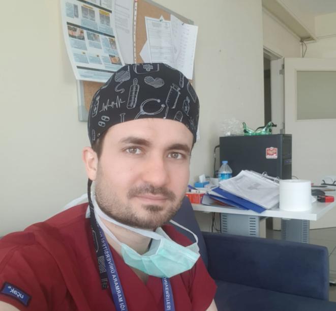 Yahya Abdulrahman, réfugié syrien en Turquie depuis 2014, soigne les patients atteints du Covid-19 à l'hôpital universitaire Marmara d'Istanbul. © DR
