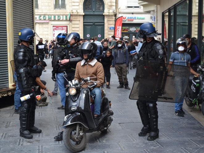 Un cordon de gendarmes mobiles, au centre, un livreur indépendant, place de la Comédie. Montpellier, le 16/05/2020. © Samuel Clauzier
