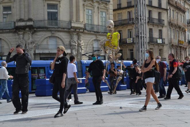 """La """"marionette squelette"""", des badauds et quelques manifestants, place de la Comédie. Montpellier, le 16/05/2020. © Samuel Clauzier"""