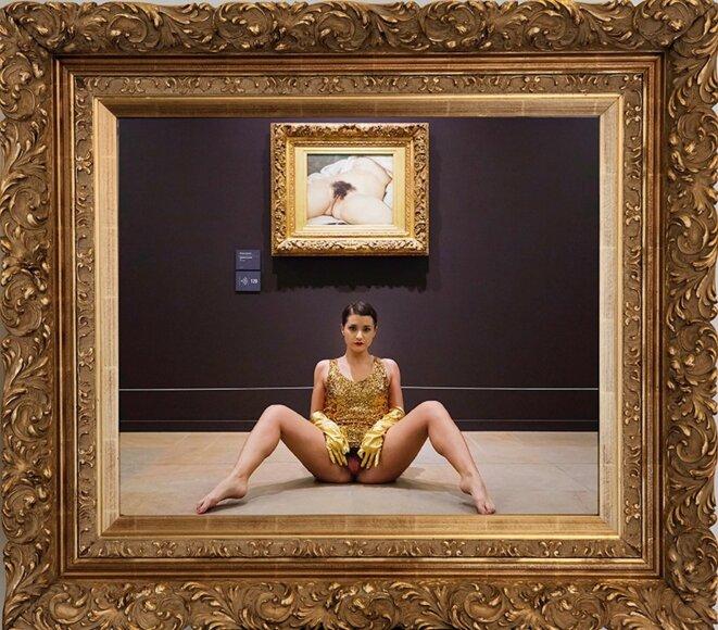 Miroir de l'origine, performance de 2014 devant L'origine du monde, de Courbet, au musée d'Orsay © Deborah de Robertis