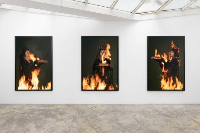 """Pilar Albarracín, Série """"No apagues mi fuego, déjame arder"""" (""""n'éteins pas mon feu, laisse-moi brûler """"), 2020, Photographie couleur, 195 x 127 cm, Edition de 5 + 1 EA © Pilar Albarracin, courtesy galerie Georges-Philippe & Nathalie Vallois, Paris"""